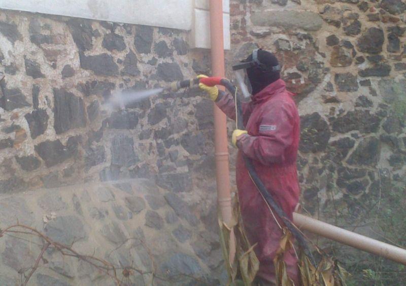 Pískování: Účinná a přitom šetrná metoda čištění fasády