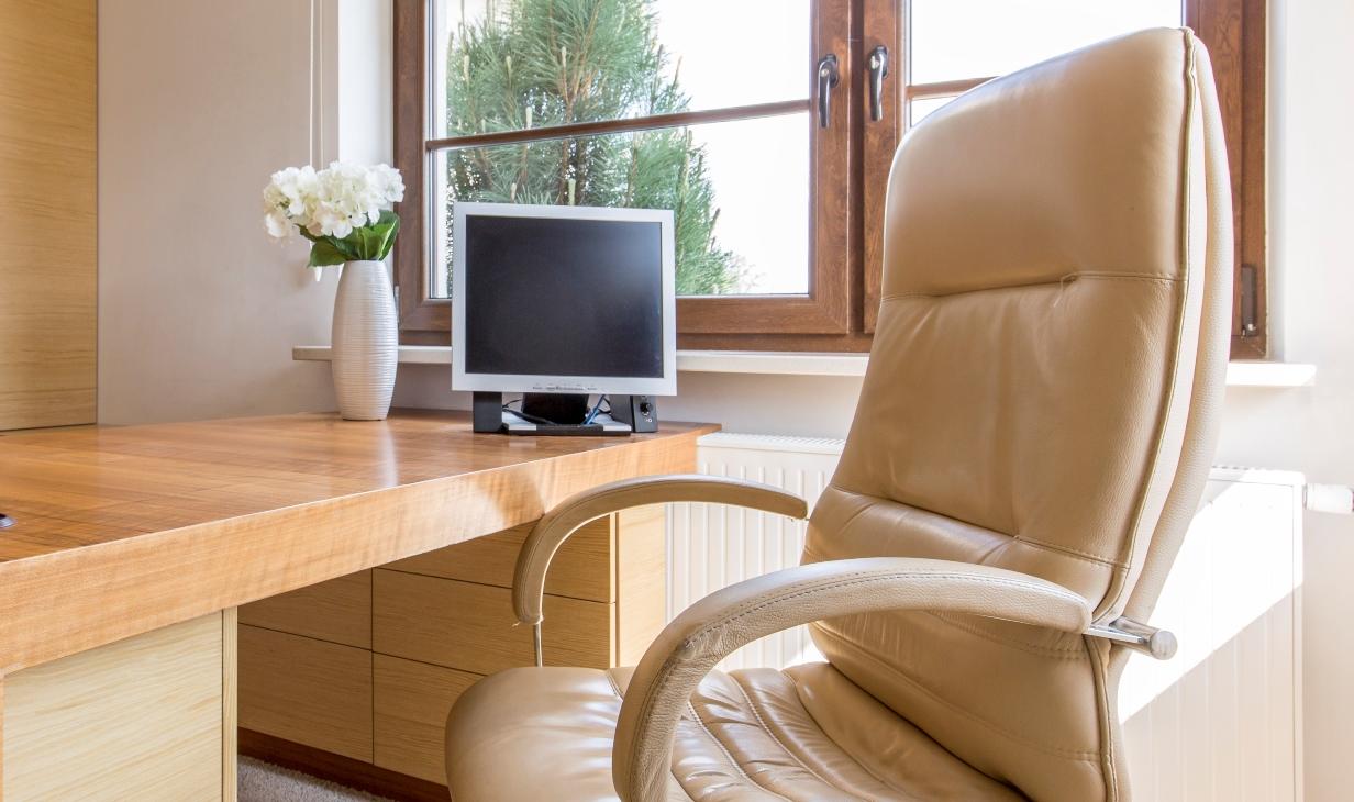 Jak zbavit kancelářskou židli skvrn a prachu?